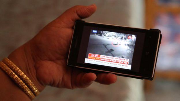 Anita Jindal ve la filmación en su celular