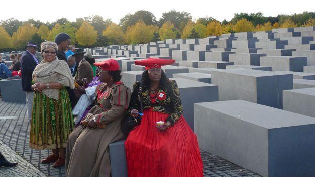 Representantes da Namíbia no Memorial do Holocausto, em Berlim