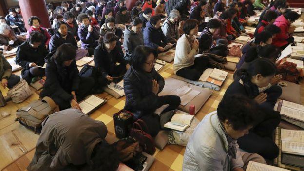 Estas devotas mujeres rezan en un templo de Seúl para que sus familiares obtengan buenos resultados en el examen anual de acceso a la universidad.