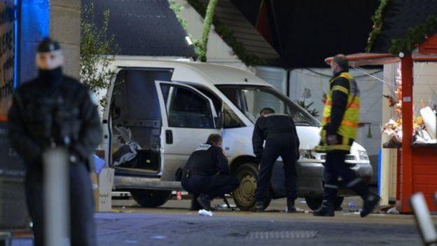 Policiais vasculham local de ataque em Berlim