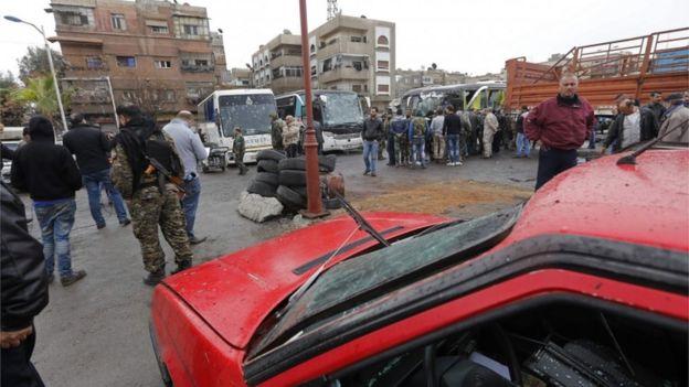 وقع التفجيران قرب مقبرة باب الصغير جنوبي العاصمة السورية دمشق, بينما كانت حافلات تقل الزوار إلى أضرحة شيعية في المنطقة