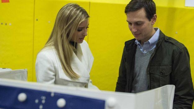 Ivanka Trump y su marido, Jared Kushner, en el centro de votación.