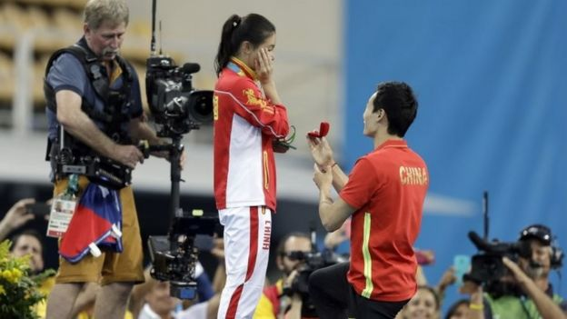 Qin Kai se hinca para proponer matrimonio a He Zin
