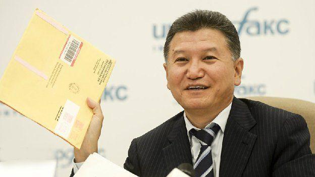 Ilyumzhinov con documento del depto. de Tesoro de EE.UU.