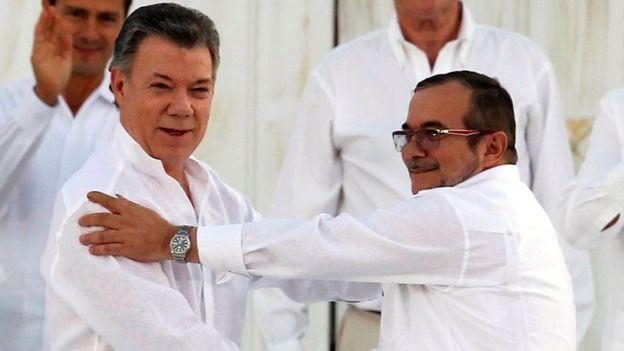 Juan Manuel Santos y el máximo jefe de las FARC, Rodrigo Londoño Echeverry, alias Timochenko.