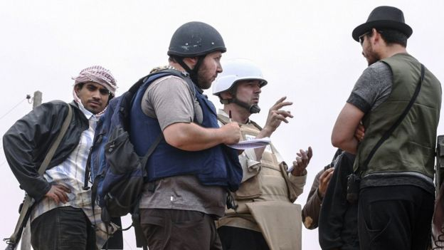 American journalist Steven Sotloff (Center with black helmet) talks to Libyan rebels on the Al Dafniya front line,