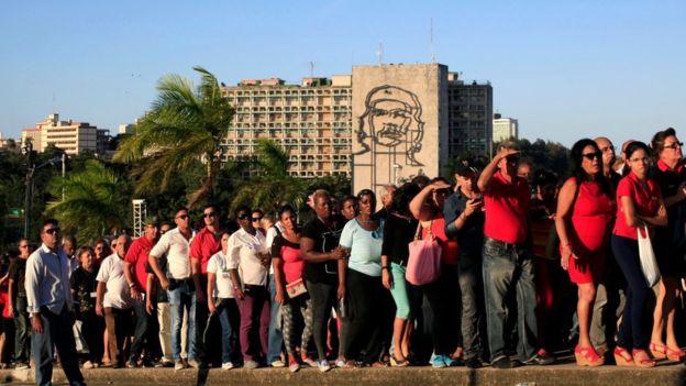 Extensas filas en la Plaza de la Revolución.