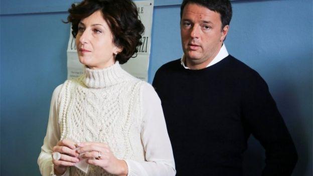 El primer ministro italiano, Matteo Renzi junto a su esposa.
