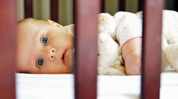Bebé en una cuna