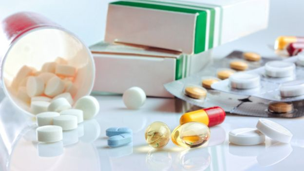 Medicamentos sobre uma mesa