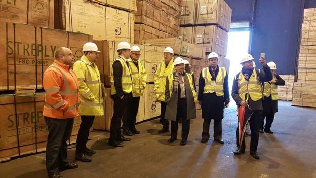 Peti kemas plywood tiba di pelabuhan Tilbury. Gambar: KBRI London