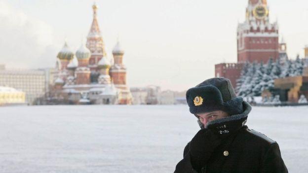 охранник у Кремля