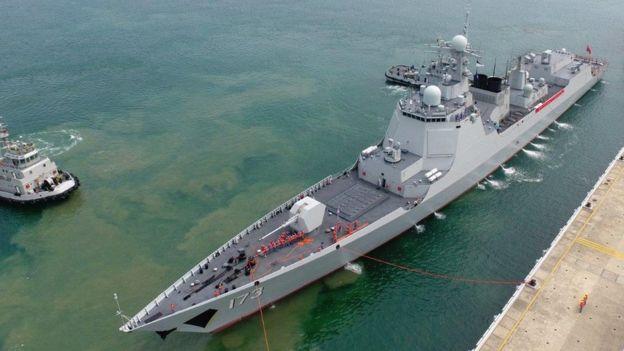 Khu trục hạm Trường Sa (phải) của TQ về cảng Tam Á trên đảo Hải Nam sau chuyến diễn tập tháng 2-3/2017