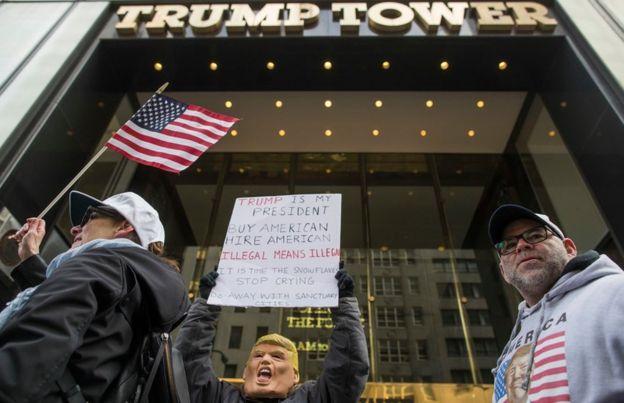 Manifestante em frente a Trump Tower