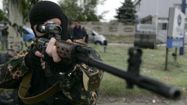 Вооруженный снайпер из отряда ДНР