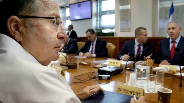 Moshe Yaalon (L) at cabinet meeting on 10 April