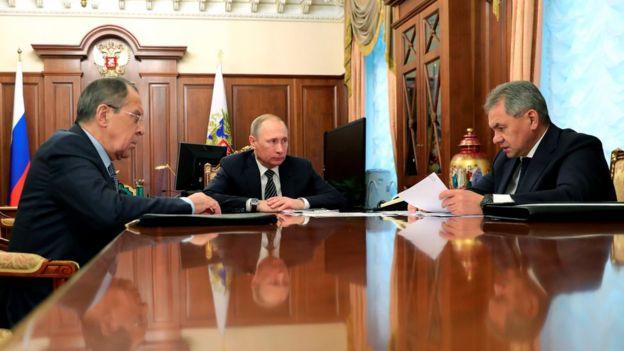 El ministro de Exteriores ruso, Sergei Lavrov, el presidente Putin y el ministro de Defensa ruso, Sergei Shoigu.