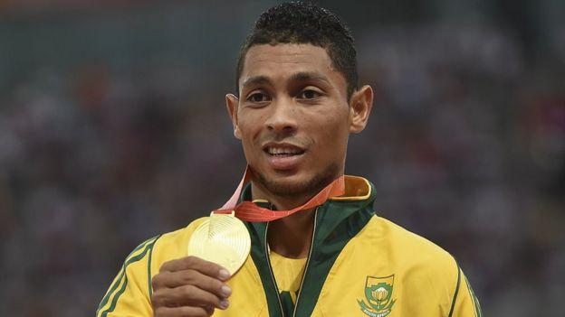 Wayde van Niekerk con la medalla de oro que logró en los 400 metros en Río 2016.