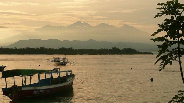 El amanecer en las islas Gili con las montañas de Lombok en la distancia