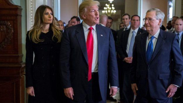 Trump caminhando ao lado de Melania
