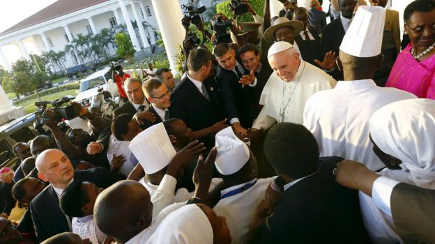 Pope Francis arrives to meet President Yoweri Museveni at the presidential palace, in Kampala. 27 Nov 2015