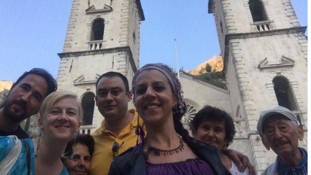 İpek Kutbay Göde ve eşi Karadağ'da konuklarını gezdirirken