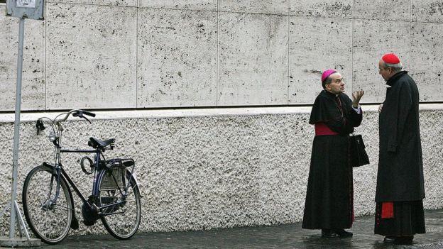 Dos cardenales hablando en las calles del Vaticano.
