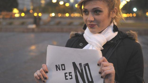 Женщина в Аргентине с плакатом