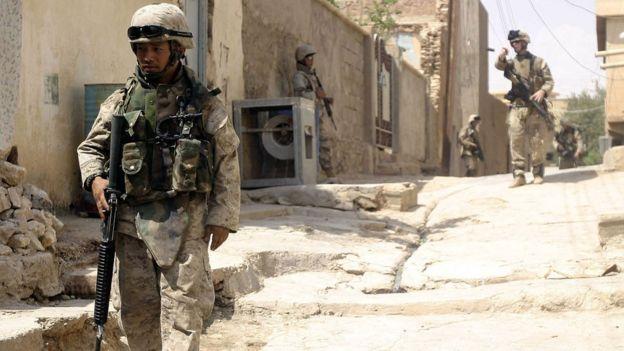 Soldados americanos fazem patrulha em Bagdá