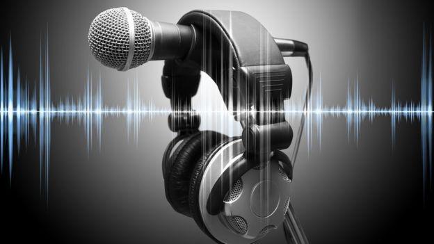 Un micrófono y unos audífonos