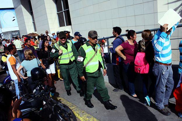Fuerzas de seguridad en una fila