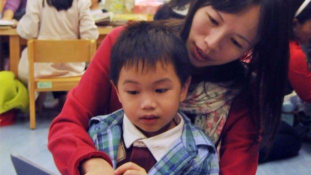 Mãe e menino lendo livro em Taiwan