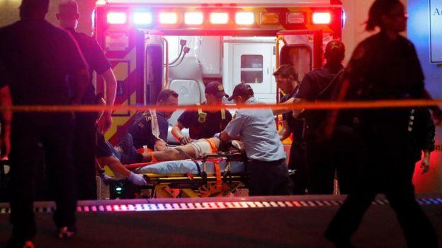 Un hombre es atendido en una camilla