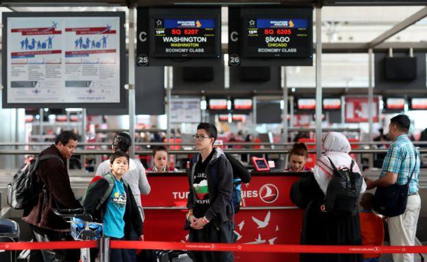 Gente hace cola en el Aeropuerto Internacional de Atatürk, de Estambul, Turquía