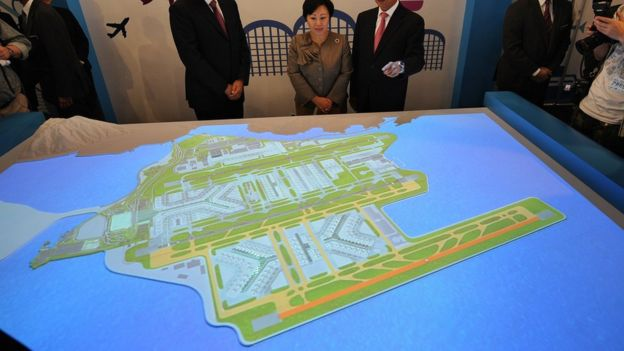 港府官員視察香港機場第三跑道計劃模型(6/2011)