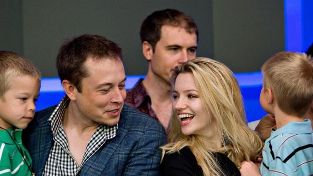 Elon Musk (à esq.)