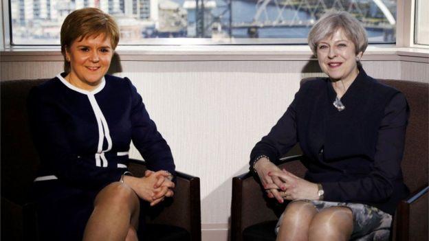 Nicola Sturgeon y Theresa May