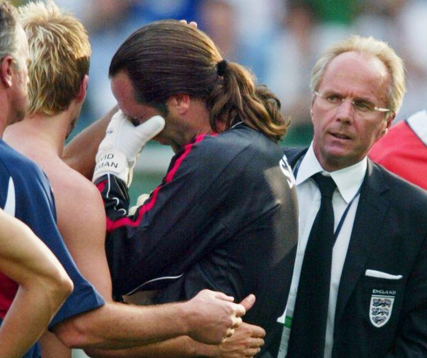 Eriksson observa a un desconsolado David Seaman tras la eliminación en el mundial de 2002.