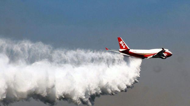 Avión supertanque lanzando agua