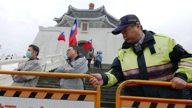 警察在中正纪念堂外架设护栏