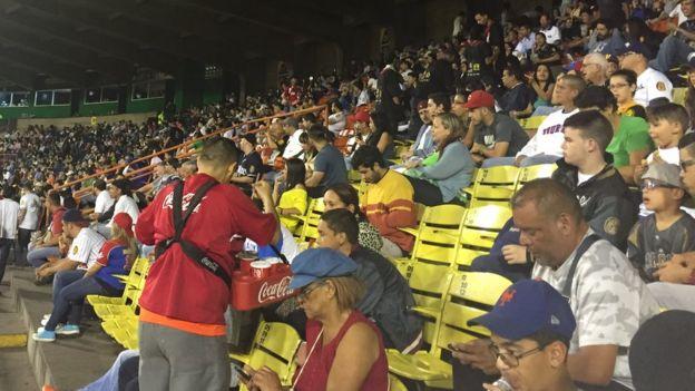 Espectadores en el estadio de béisbol