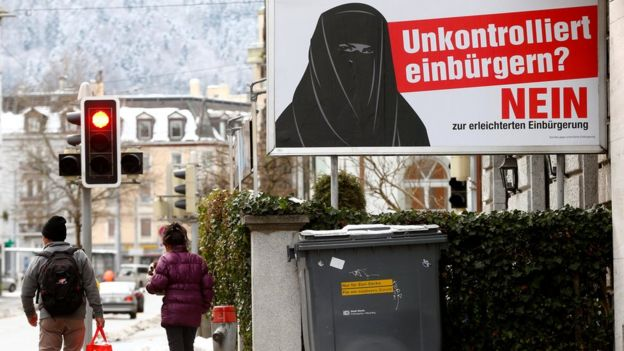 Плакат закликає громадян Швейцарії голосувати проти пом'якшення правил отримання громадянства