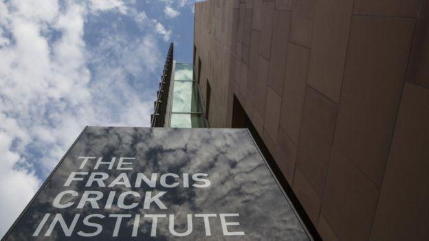 Fachada del Instituto con el cartel Francis Crick
