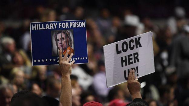 Carteles contra Hillary Clinton en un mitin de Donald Trump.
