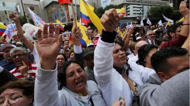 Protestas frente a la Comisión Nacional Electoral de Ecuador.