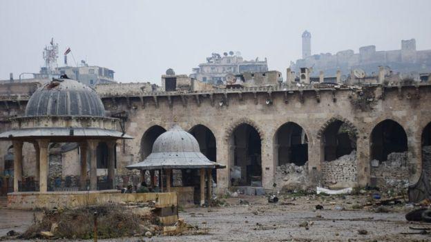 Cami hala yerinde ancak kubbesinden tabanına kadar kurşun delikleri ile dolu ve bir kısmı da yanmış