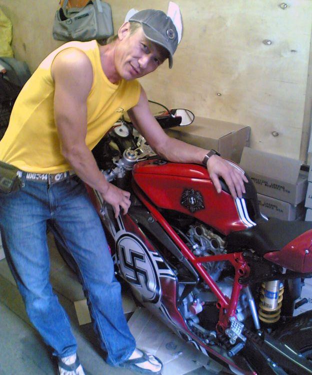 Gamalı haçla süslenmiş motosikletiyle poz veren Nadim Ayupov.