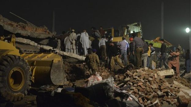 Pakistani soldiers and rescuers search for victims in the rubble of a collapsed factory on the outskirts of Lahore on November 4, 2015.