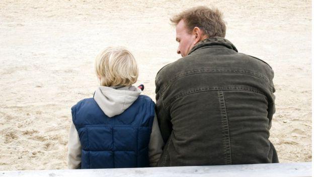 Pai com a fiha em parquinho