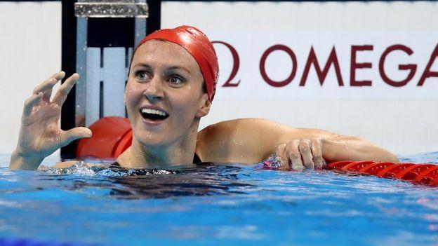 Jazz Carlin celebra su medalla en la piscina olímpica